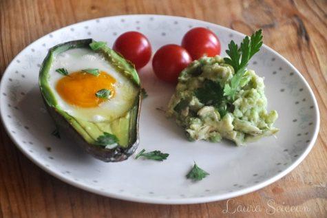 Ouă coapte în avocado | Cum să transformi un avocado în ceva fără gust