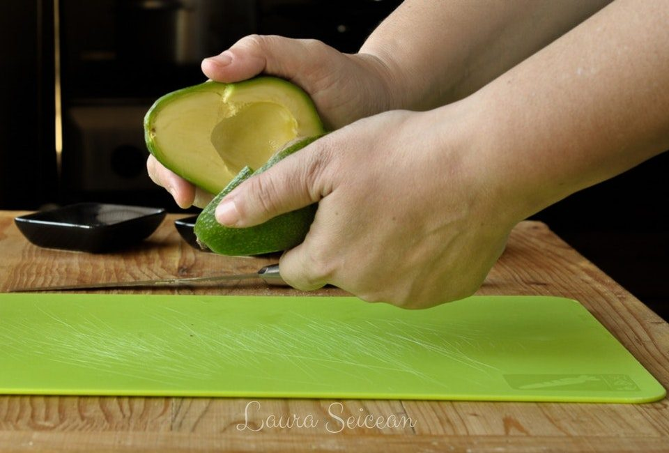 Preparare Ouă coapte în avocado   Cum să transformi un avocado în ceva fără gust 4