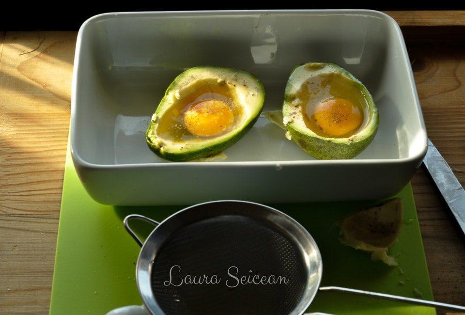 Preparare Ouă coapte în avocado | Cum să transformi un avocado în ceva fără gust 6