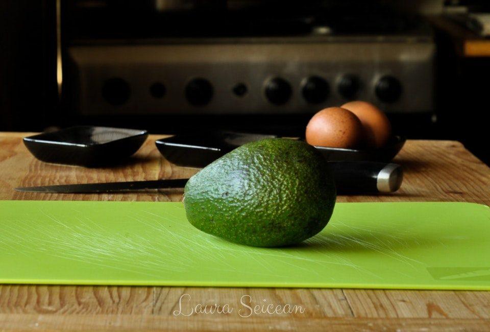 Preparare Ouă coapte în avocado   Cum să transformi un avocado în ceva fără gust 3