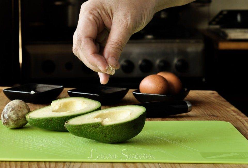 Preparare Ouă coapte în avocado | Cum să transformi un avocado în ceva fără gust 4