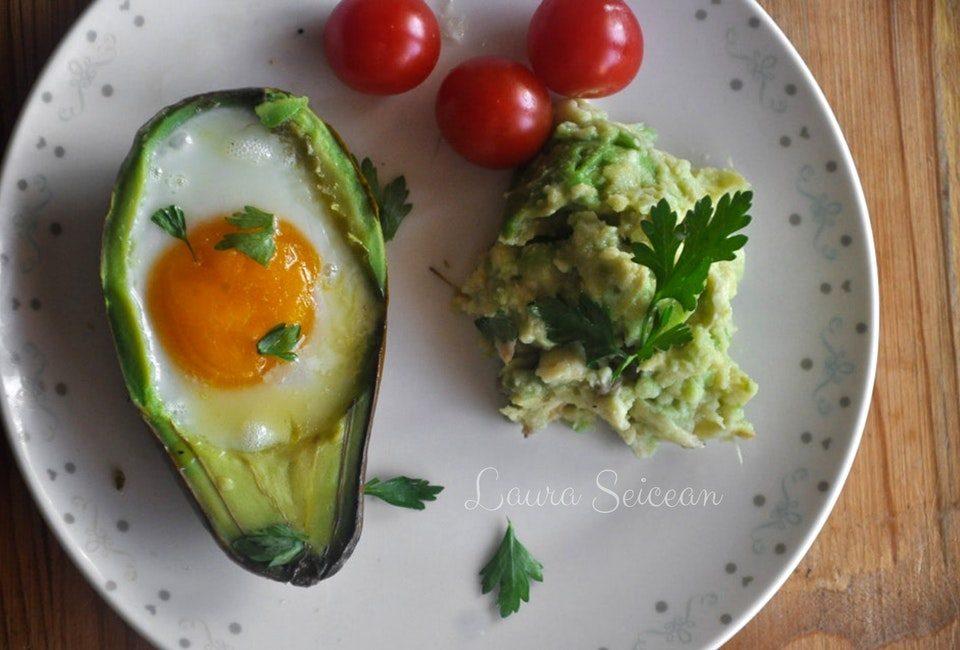 ouă coapte în avocado