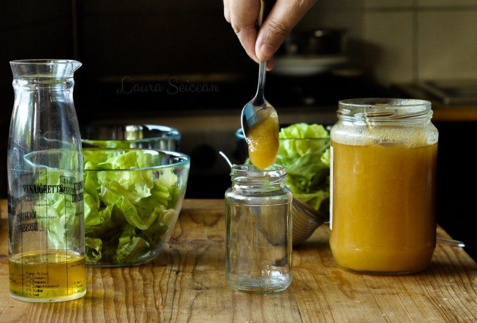 preparare dressing de mustar si miere pentru salata verde