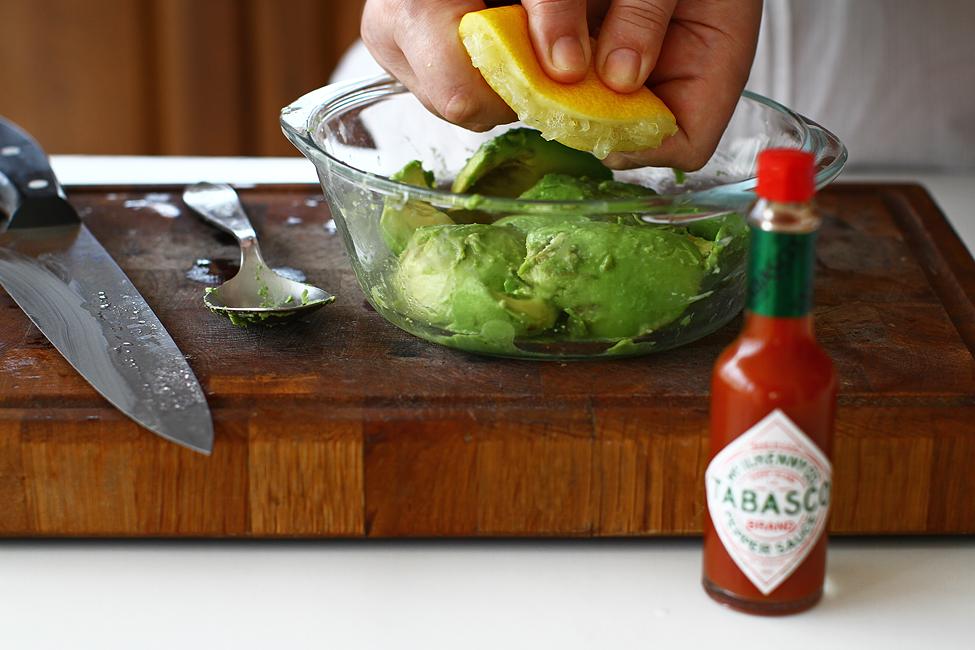 sos de avocado cu tabasco mod de preparare pas cu pas stropire avocado cu lamaie