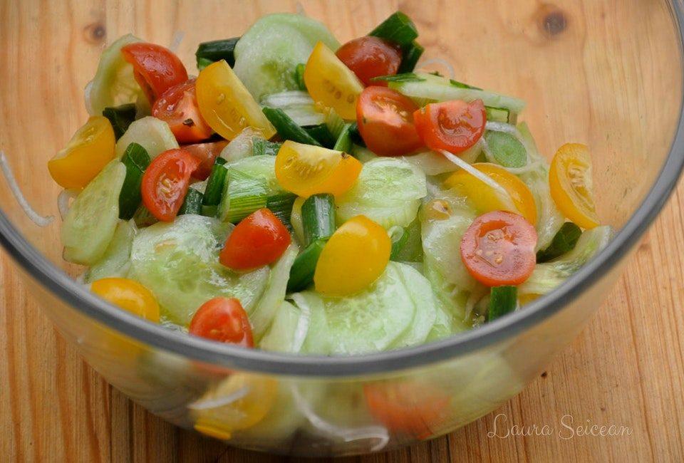 Preparare Salată de roșii cu castraveți 12
