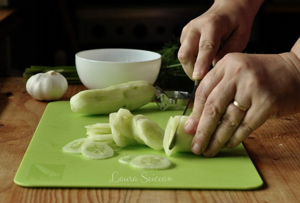 Preparare Salată de castraveți cu mărar și usturoi 3