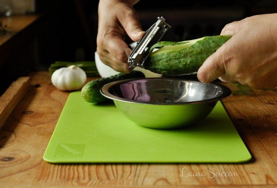 Preparare Salată de castraveți cu mărar și usturoi 1