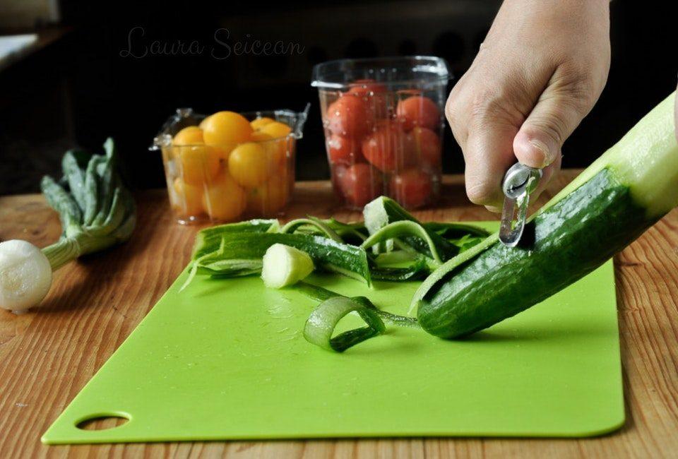 Preparare Salată de roșii cu castraveți 1