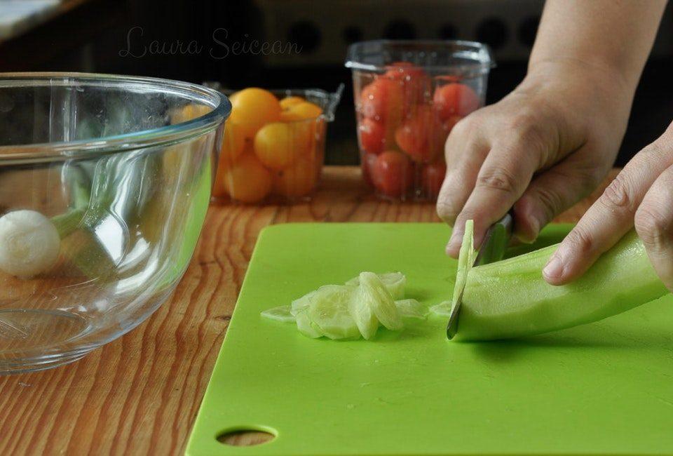Preparare Salată de roșii cu castraveți 2