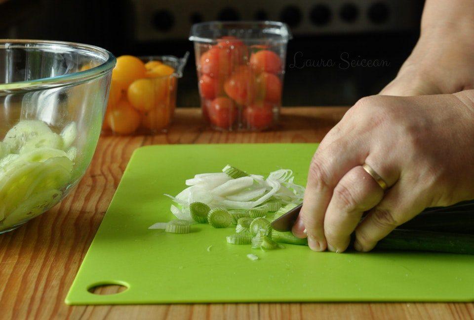 Preparare Salată de roșii cu castraveți 7