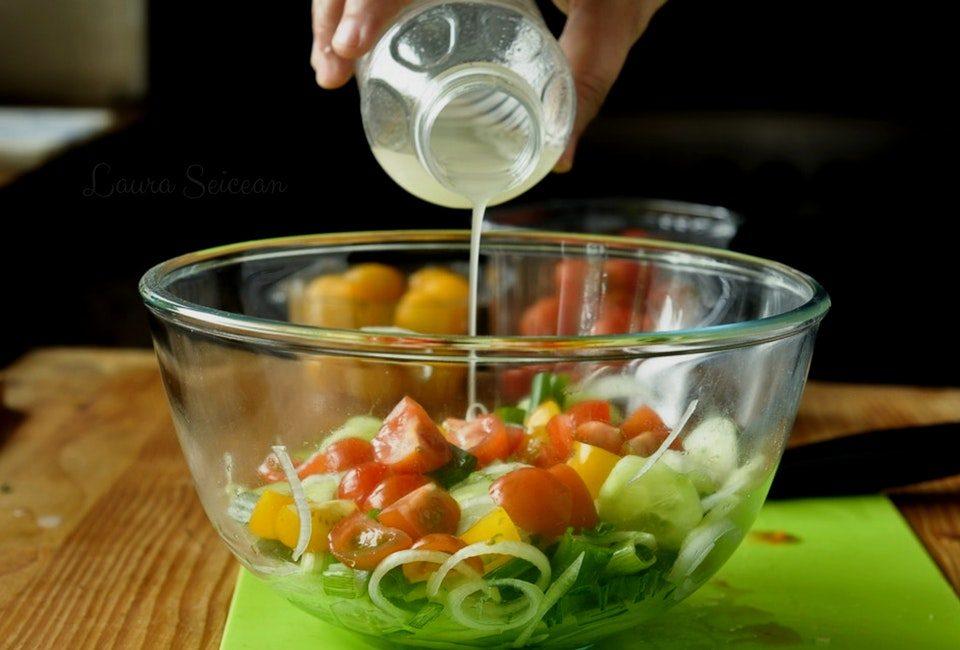Preparare Salată de roșii cu castraveți 10