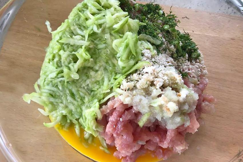 ciorba de perisoare cu carne de pui si dovlecel ingredientele pentru compozitia de perisoare pregatite de amestecat