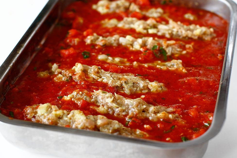 dovlecei umpluti cu carne de pui in sos de rosii la cuptor mod de preparare dovlecei umpluti in tava cu sos de rosii gata de coacere