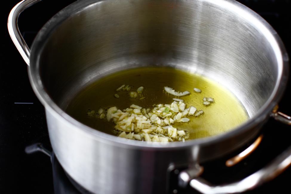 dovlecei umpluti cu carne de pui in sos de rosii la cuptor mod de preparare sosul de rosii cu usturoi