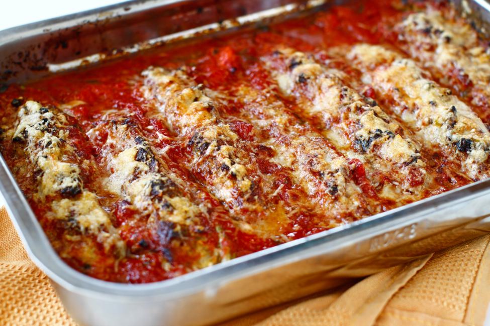 Dovlecei umpluți cu carne de pui în sos de roșii, la cuptor
