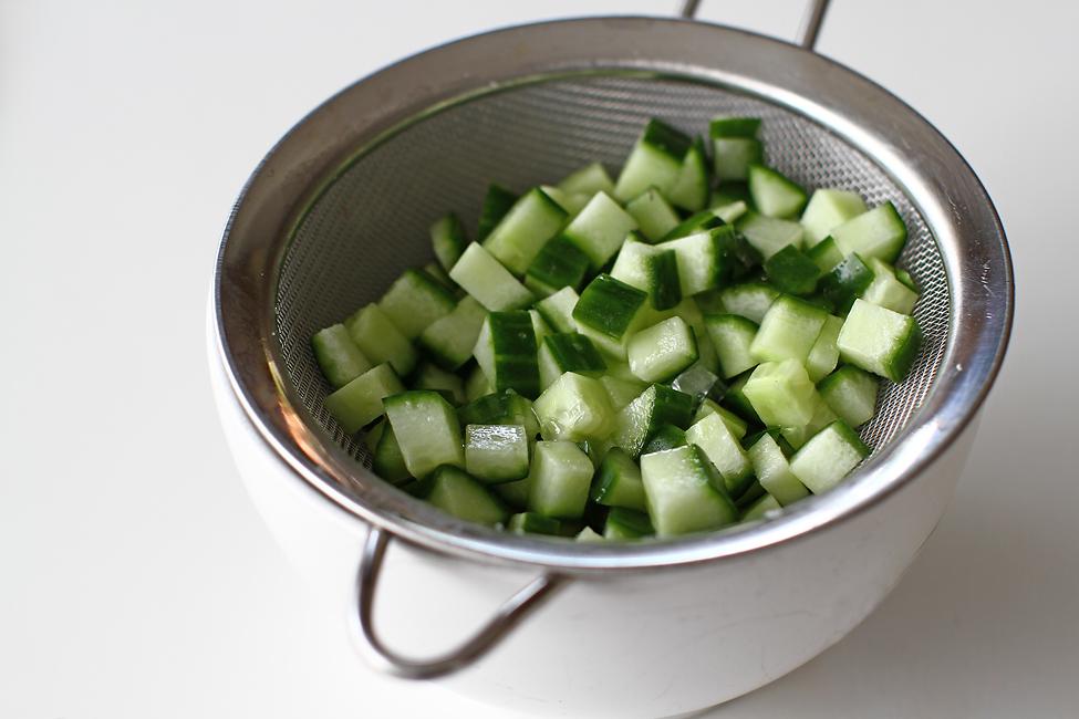 preparare salata cu avocado si castraveti pentru servire alaturi de piept de pui la gratar