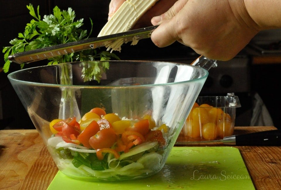 Preparare Salată bulgărească 10