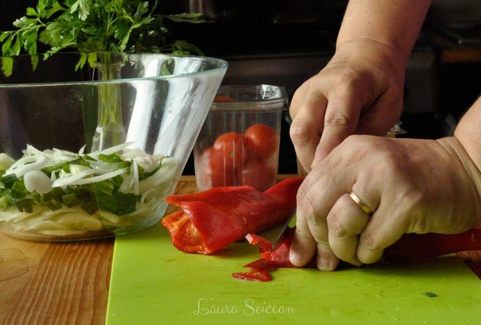 Preparare Salată bulgărească 8