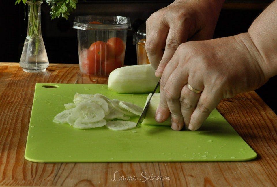 Preparare Salată bulgărească 4