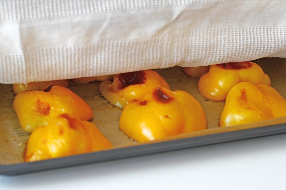 ardei copti in tava la cuptor acoperiti cu servet de bucatarie