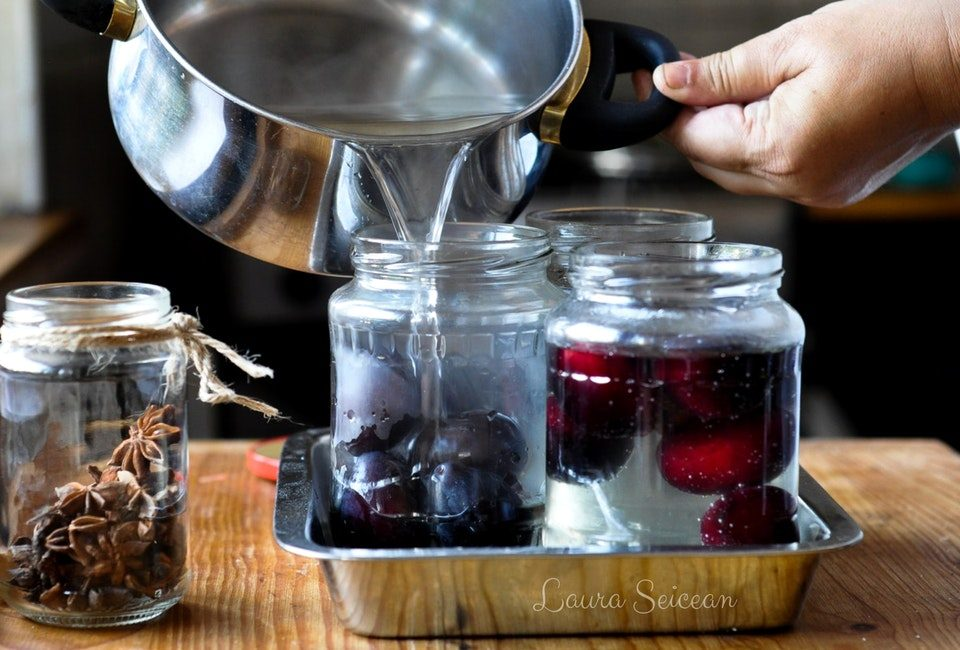 umplere borcane de compot de prune