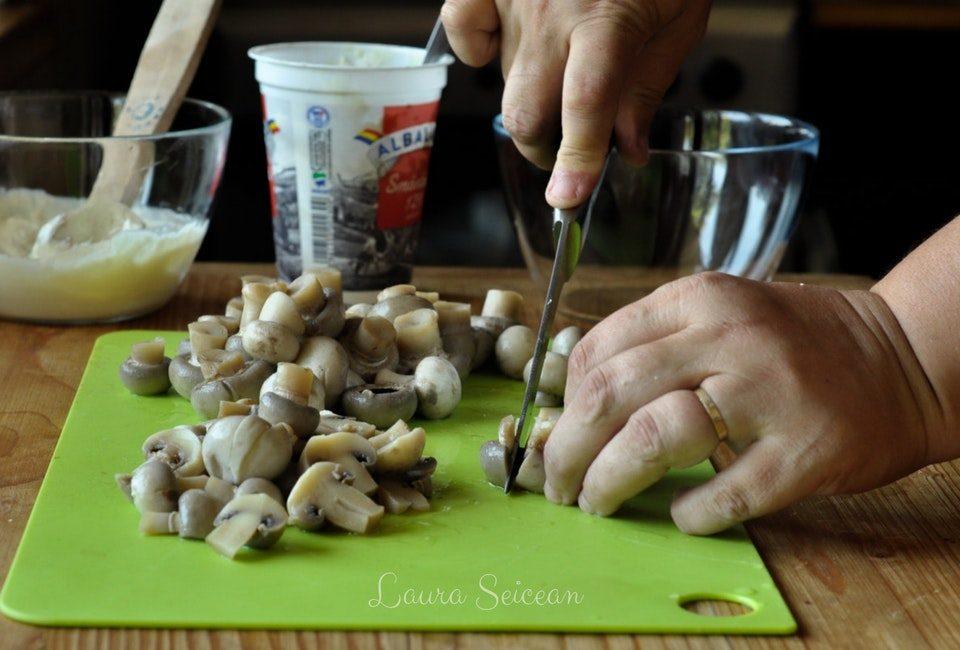 Preparare Salată de ciuperci cu smântână și usturoi 4