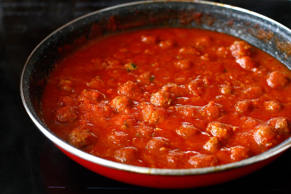 spaghete cu chiftelute reteta originala chiftelute fierte in sos de rosii gata de asamblat
