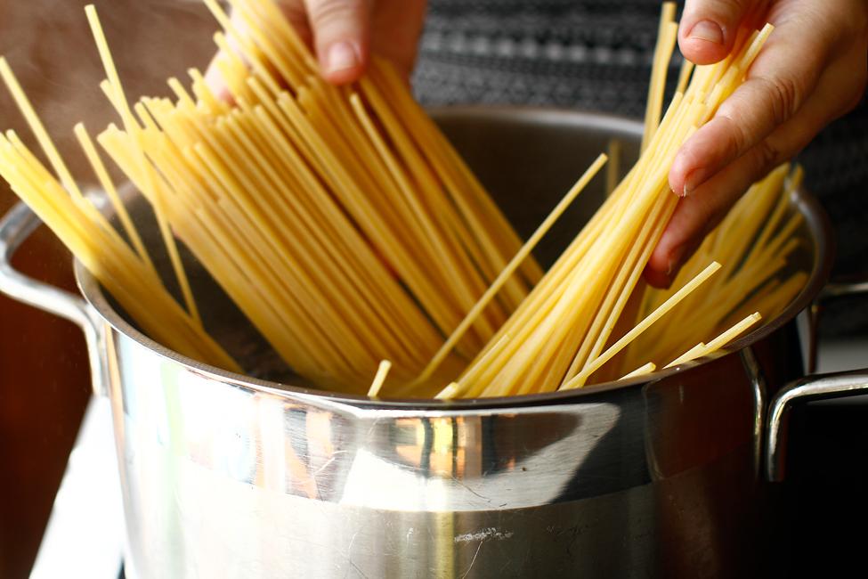 spaghete cu chiftelute reteta originala fierbere spaghete
