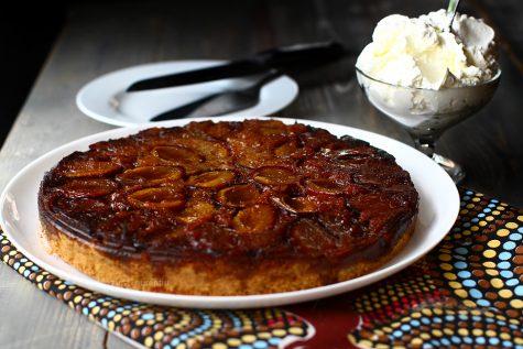 Prăjitură răsturnată cu prune caramelizate