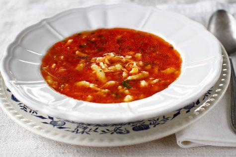 supa de rosii cu paste de casa tarhana in farfurie