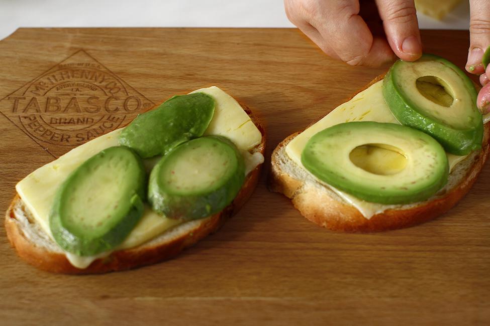 asamblare sandwich cald cu branza ou si avocado