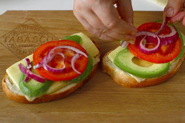 asamblare sandwich cald cu branza si avocado reteta pentru mic dejun