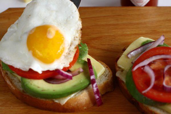 asamblare sandwich cald cu ou si avocado