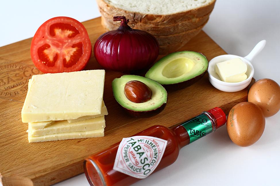 ingrediente pentru un mic dejun rapid si delicios sandwich cu branza ou si avocado