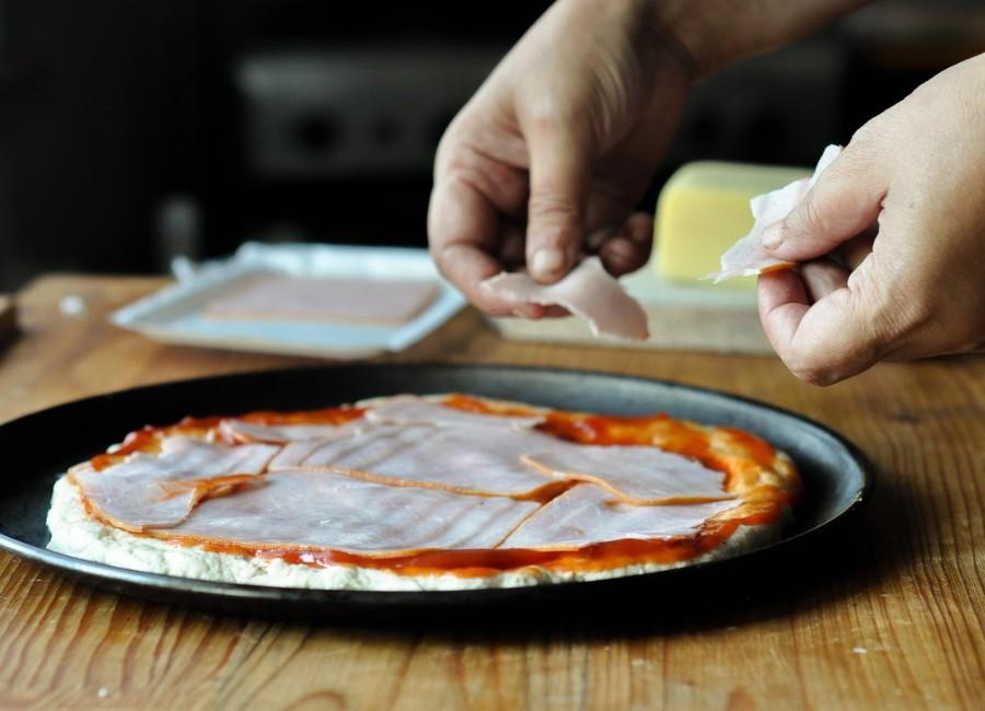 Preparare Pizza cu șuncă și cașcaval 6