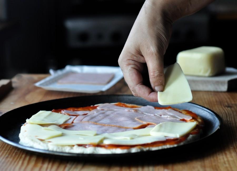 Preparare Pizza cu șuncă și cașcaval 7