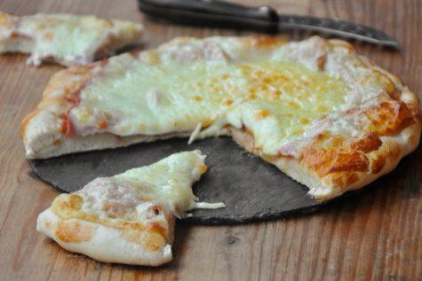 Pizza cu șuncă și cașcaval