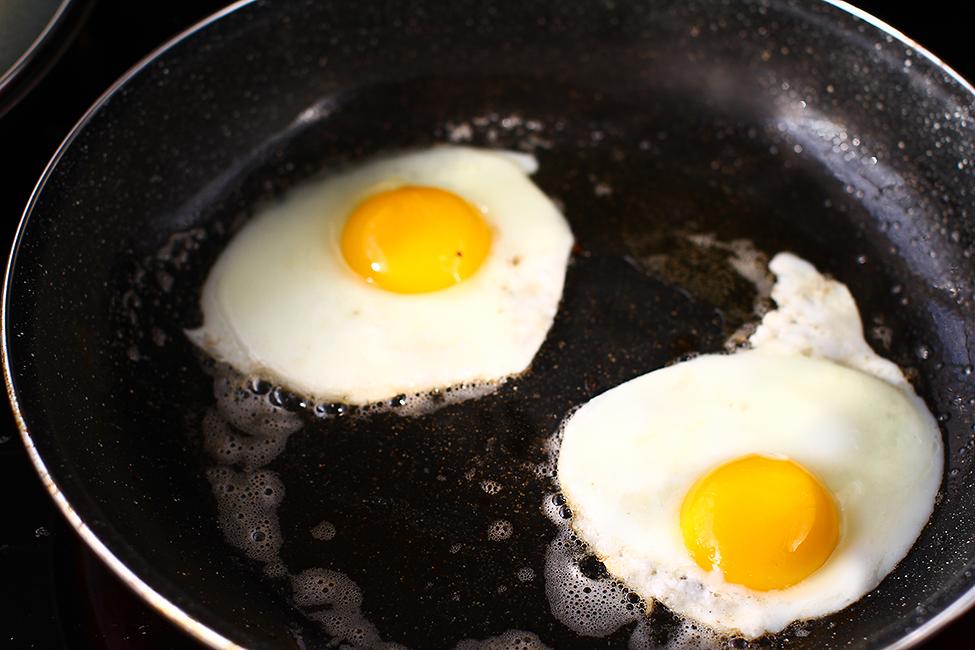 preparare oua ochiuri pentru sandwich cu branza ou si avocado sandvis cald reteta pas cu pas mic dejun