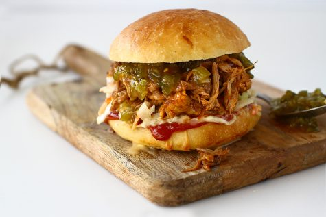 Pulled pork sandwich sau friptură de mâncat și fără brișcă