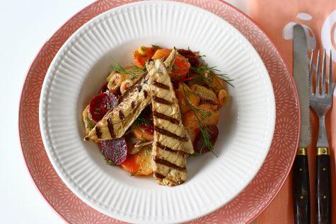 Macrou la grătar cu salată de cartofi și sfeclă roșie