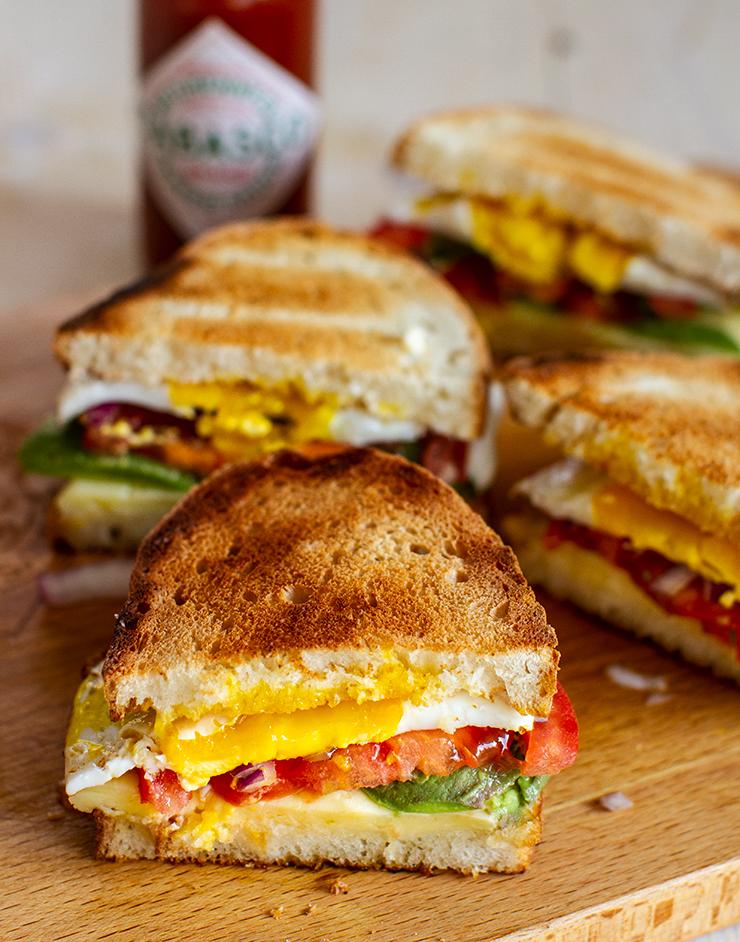 reteta pentru mic dejun sandwich senvici sandvis cald cu branza ou moale si avocado si unt picant cu tabasco reteta pentru mic dejun rapid pas cu pas
