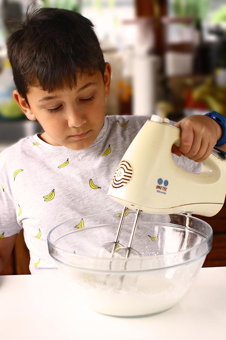 Alexandru prepara glazura royal icing pentru fursecuri simple integrale