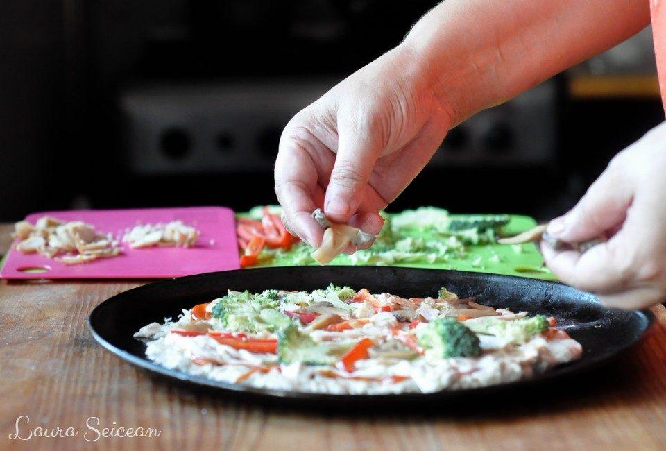 Preparare Pizza cu piept de pui și smântână 7