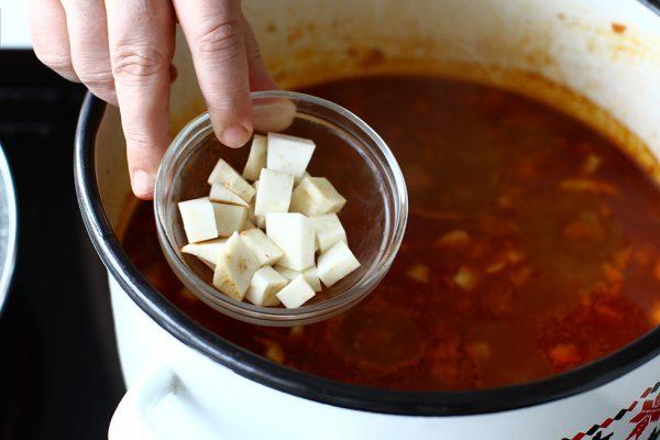gulas de vitel cu galuste si cartofi reteta ungureasca pas cu pas preparare adaugare albitura