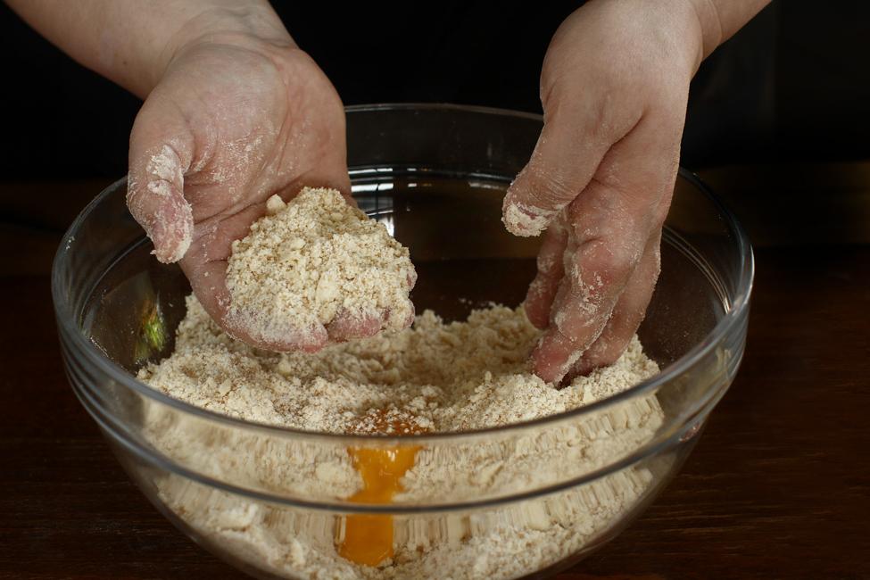 preparare aluat cu unt si smantana pentru cornulete fragede reteta pas cu pas adaugare ou