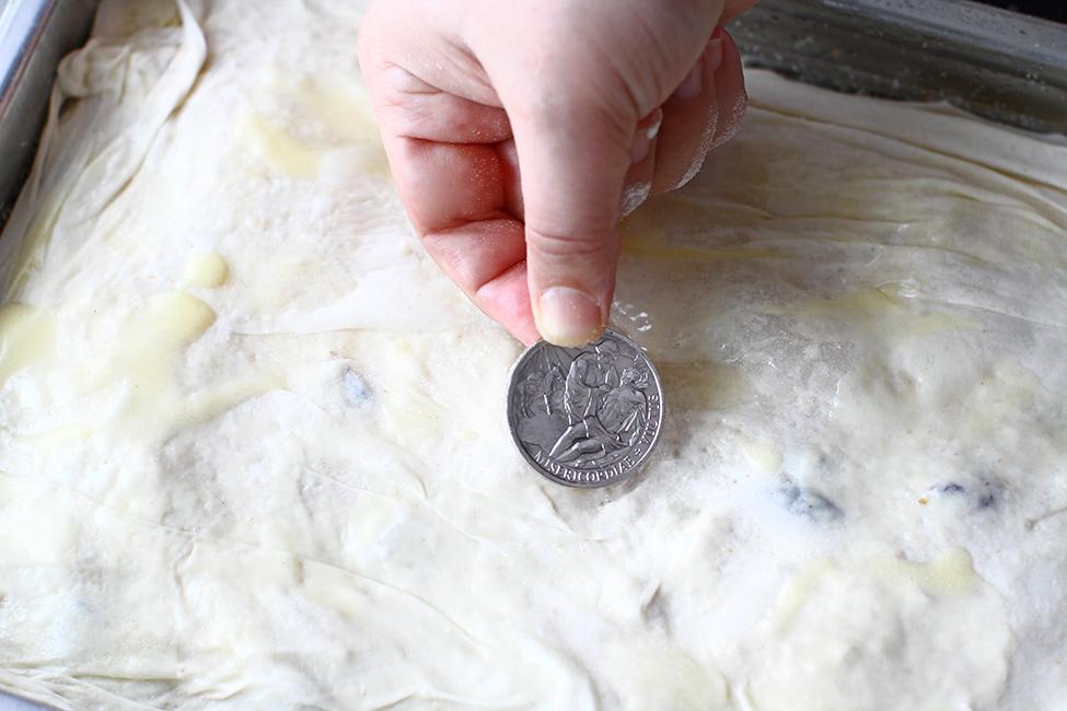 adaugare moneda de argint intre foile de aluat