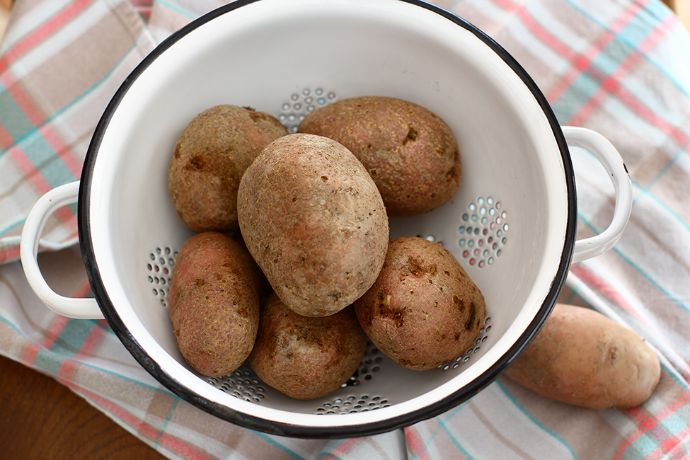 cartofi spalati pregatiti de fiert in coaja