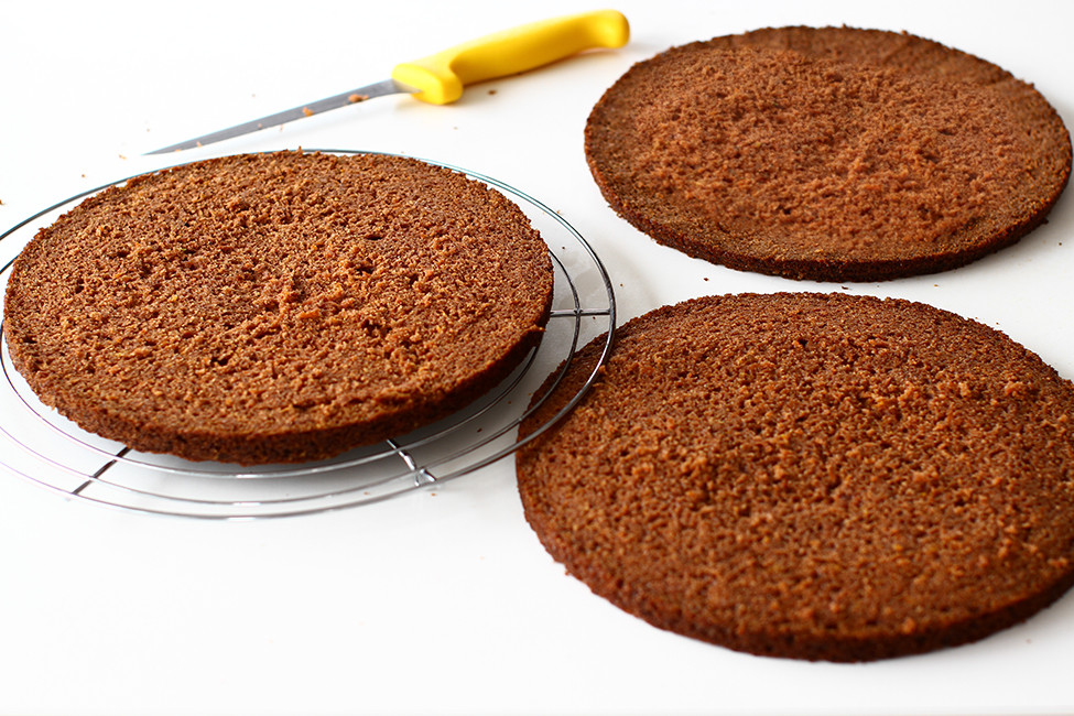 blat de tort cu morcovi taiat transversal in 3 straturi