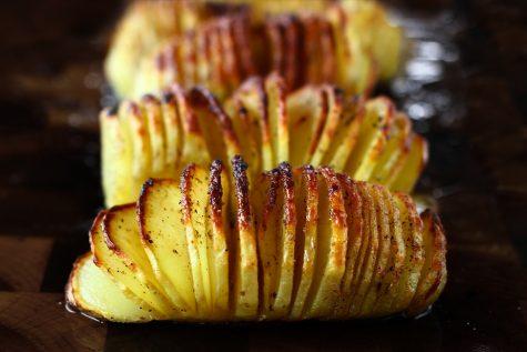 Cartofi acordeon – rețeta de cartofi Hasselback, acordeoane din cartofi cu unt