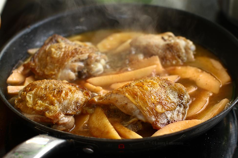 pulpe de pui cu gutui la tigaie reteta mancare de gutui cu pui gatire pulpe de pui cu gutuile caramelizate.jpg